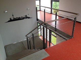 Treppen- und Podestgeländer aus Edelstahl im Innenbereich