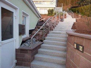 Treppen- und Podestgeländer aus Edelstahl im Außenbereich